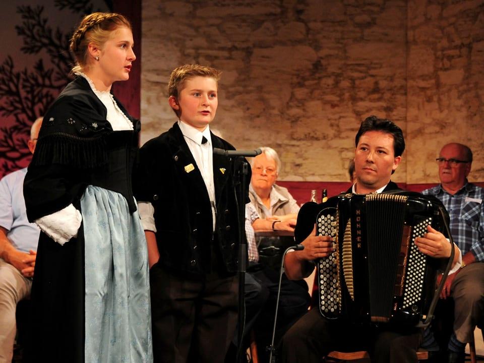 Die Geschwister Seline und Lucien von Grünigen mit Andreas Kolly am Akkordeon.