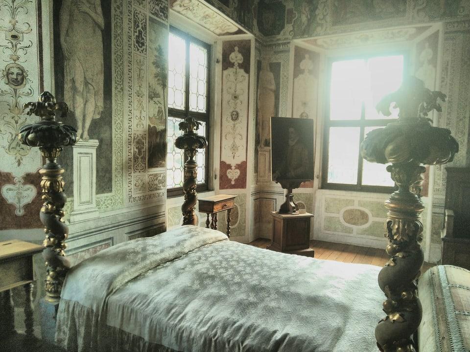 """La stanza dals """"cariatids"""". Ella è decorada cun scenas da la mitologia greca, sco las bleras autras stanzas er."""