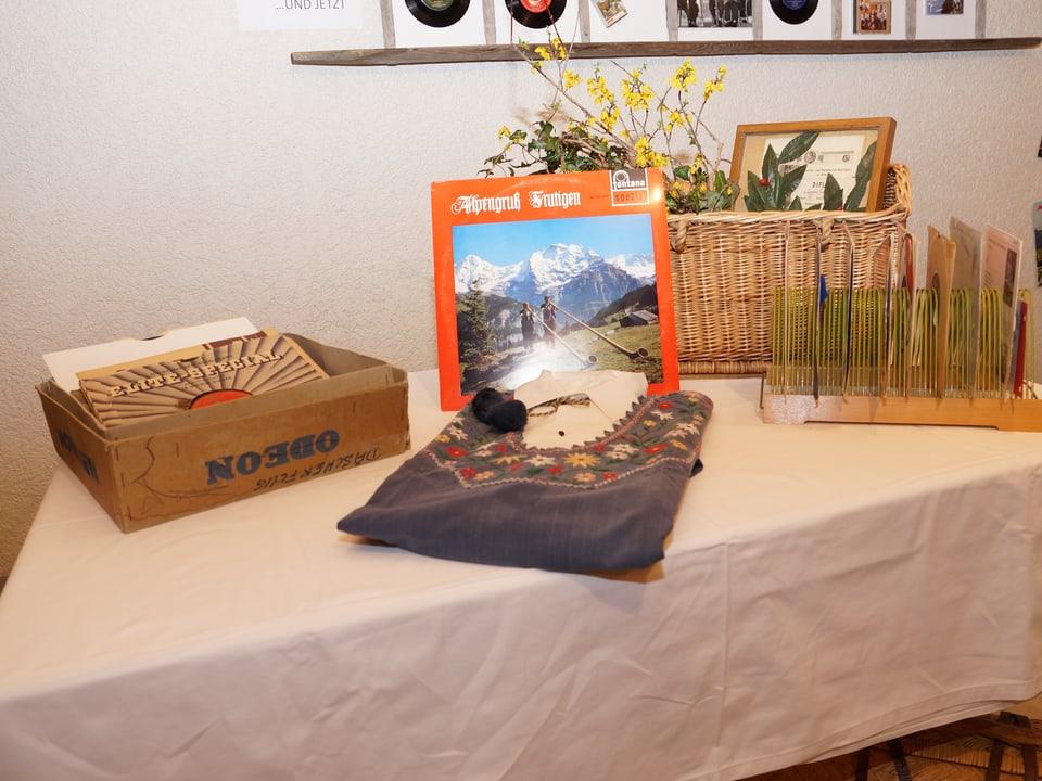 Alte Schallplatten, Singles und ein Hemd von Lorenz Giovanelli.