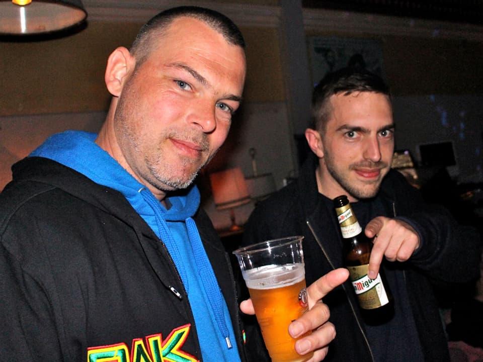 Prominente Gäst: Die Zürcher Reggae Künstler E.K.R (links) und Stereo Luchs liessen sich den Gig vom Altmeister DJ nicht entgehen.