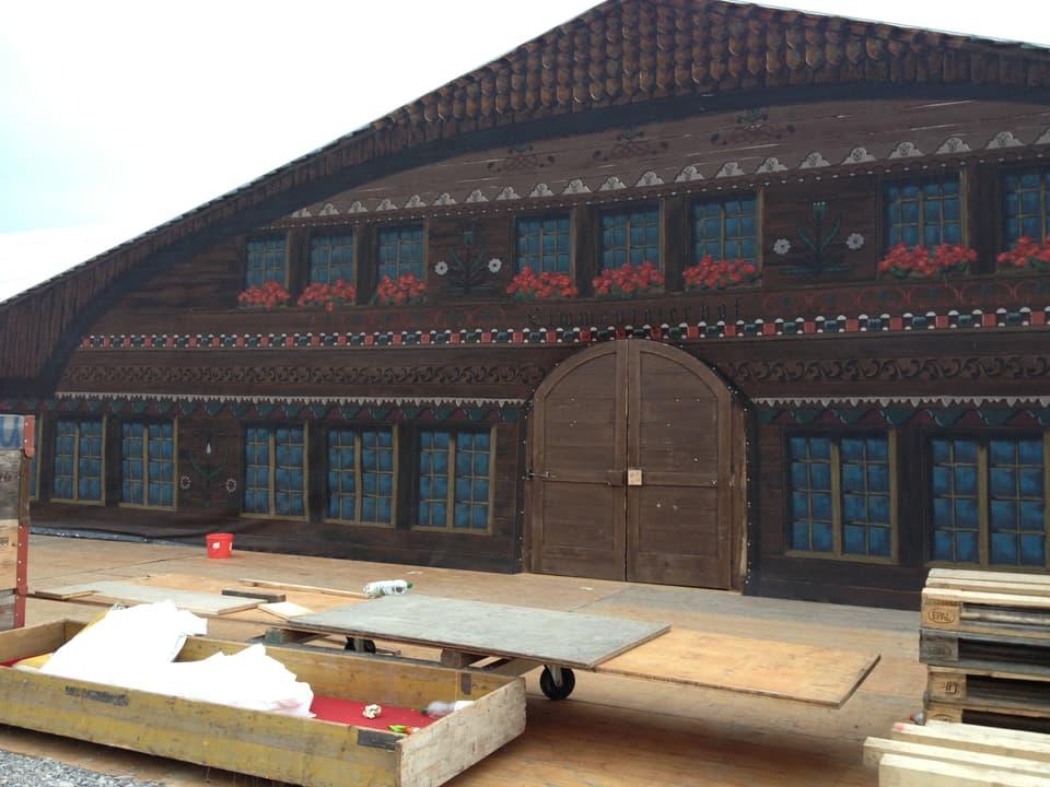 Der Simmentalerhof wird in Burgdorf als Festzelt aufgebaut.
