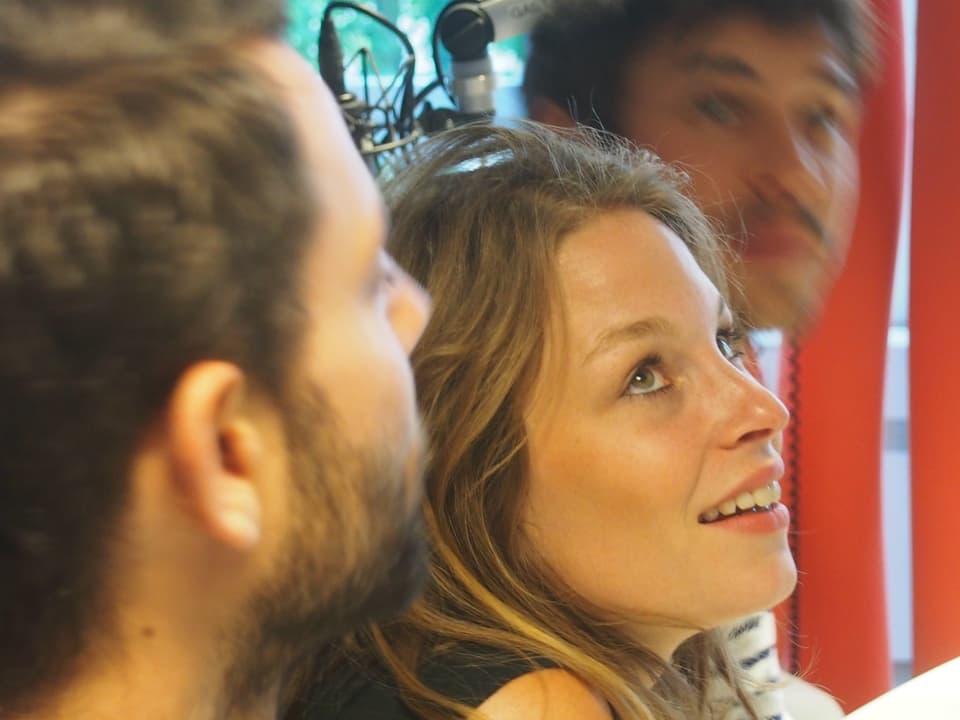 Anna Rossinelli umgeben von ihren Kollgen.