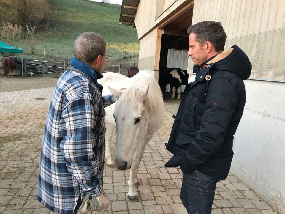 Adrian Küpfer mit Pferd und Mann.
