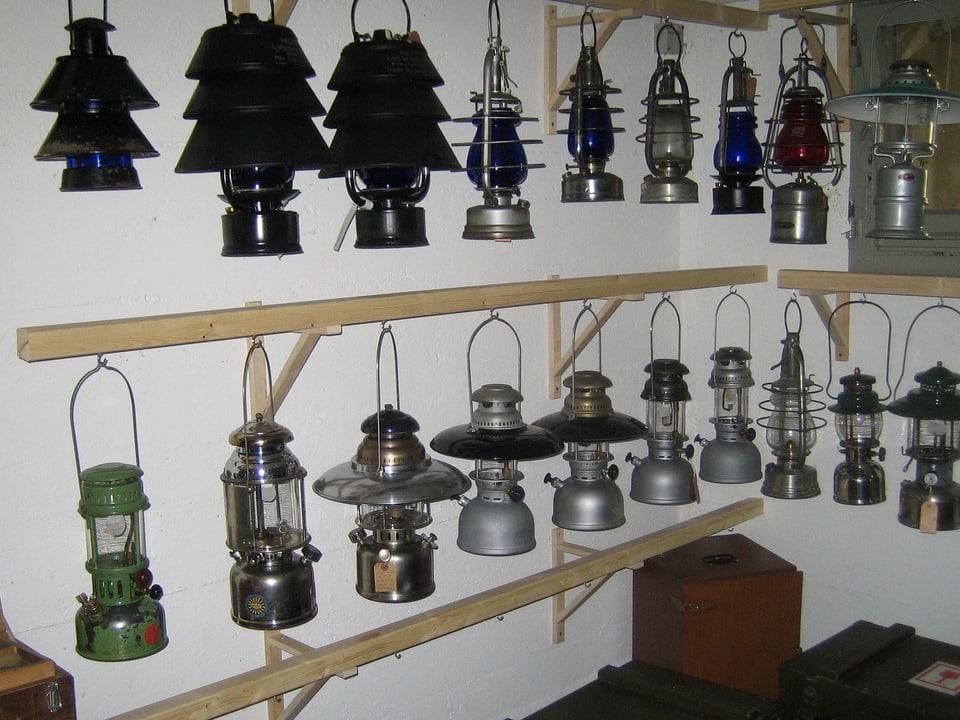 Sammlung von Petrollampen.