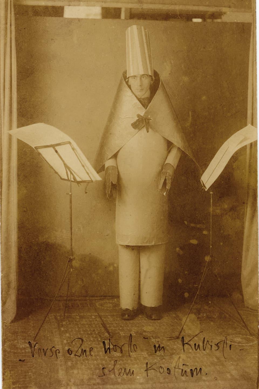 Hugo Ball a chaschun da sia represchentaziun en il costum da chartun.