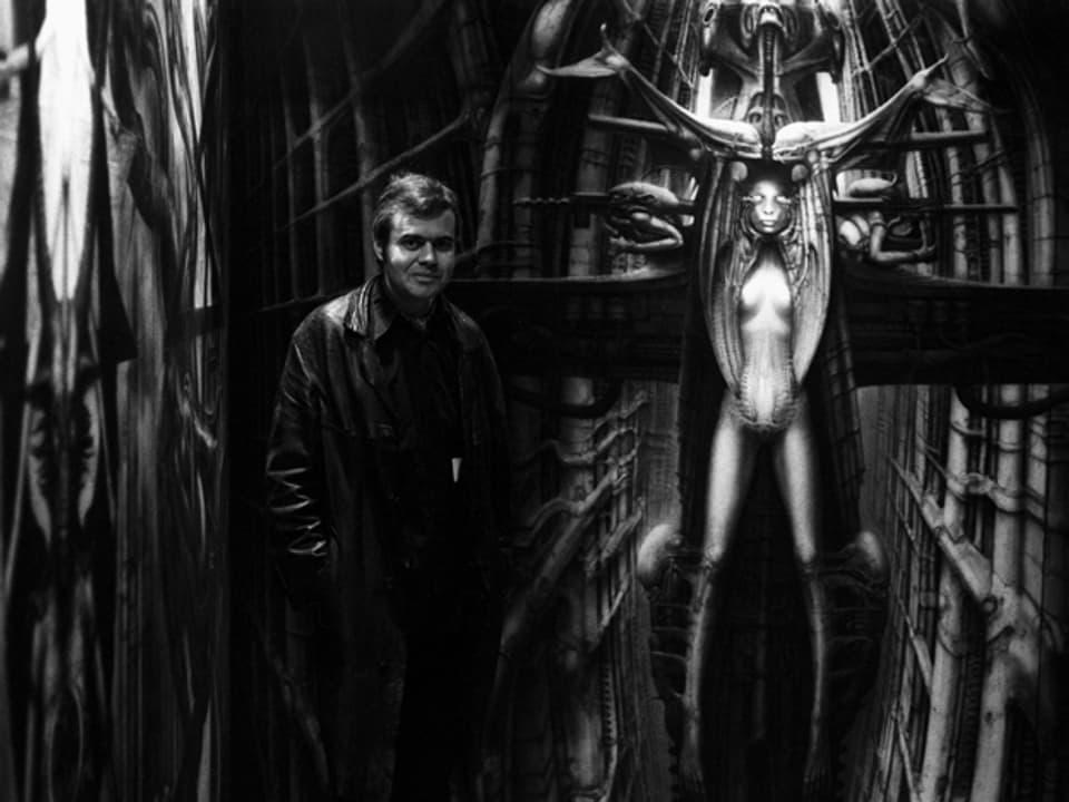 H.R. Giger vor einem seiner Werke