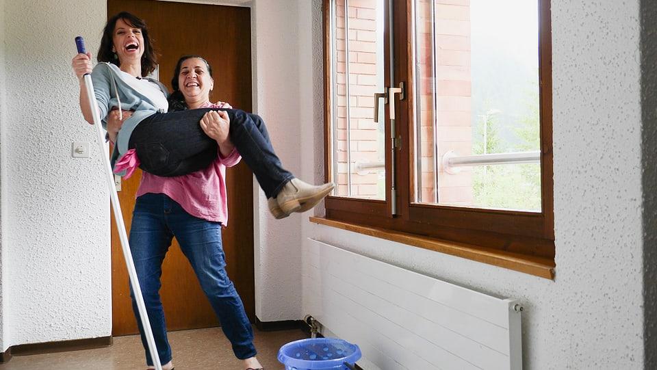 Mona Vetsch und Sabeha aus dem Irak beim Putzen