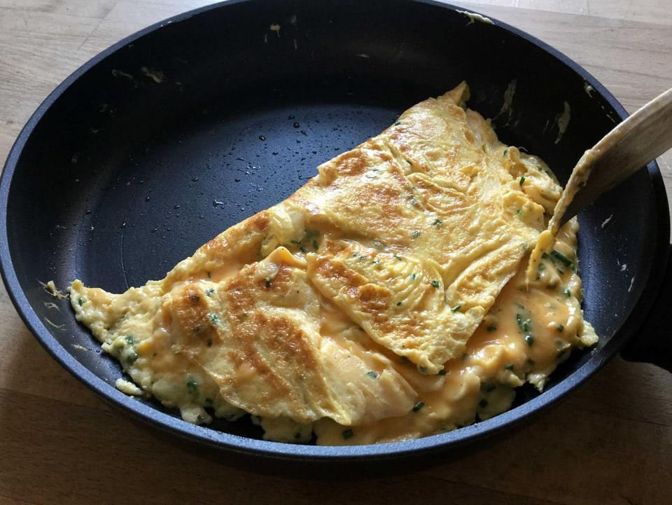 Omelette in Pfanne gefaltet.