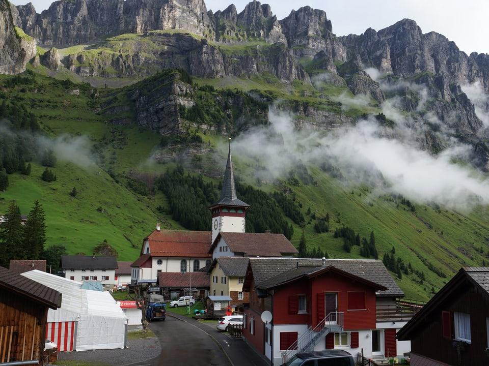 Kirch und Dorhäuser auf dem Urnerboden.