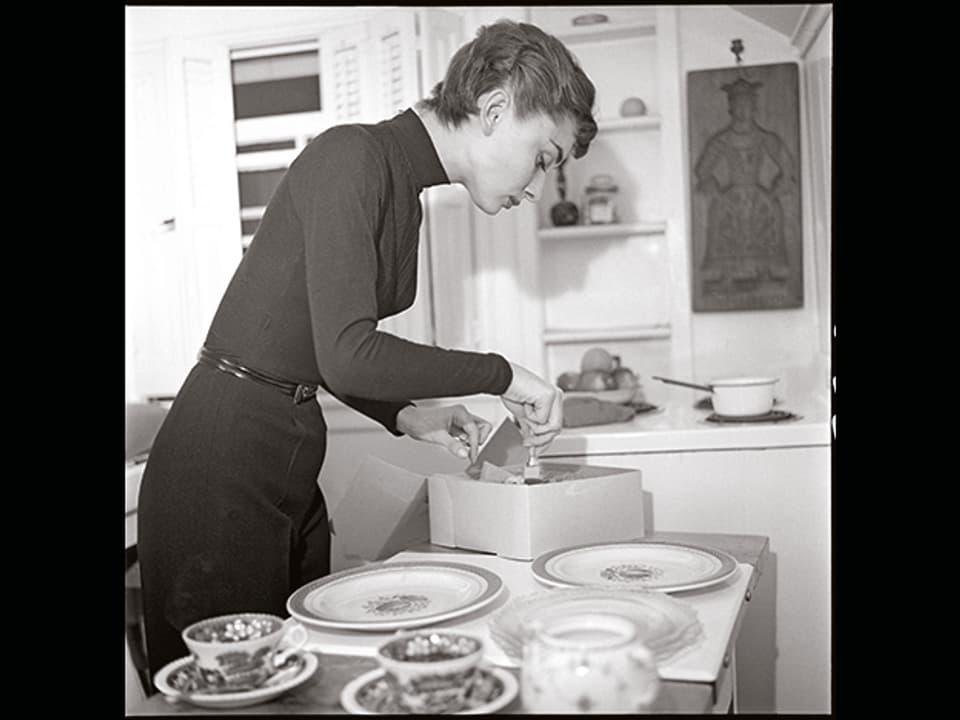 Audrey Hepburn in der Küche.