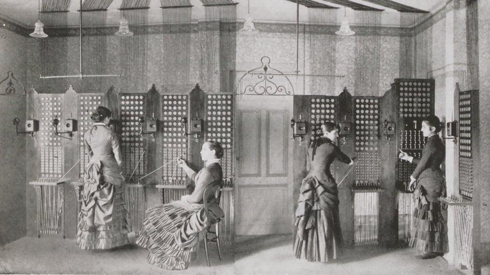 Damen am Telefon in einer Telefonzentrale im Jahre 1881