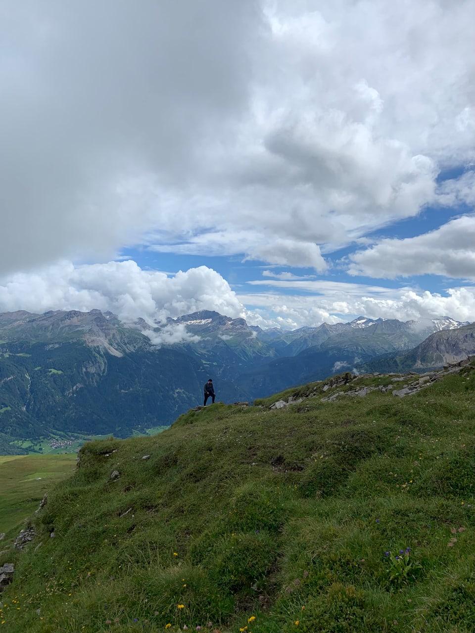 Viandar tras las muntognas da la Val Schons e giudair la vista