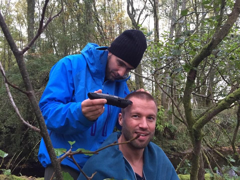 Manuel Burkart rasiert Jonny Fischer die Haare.