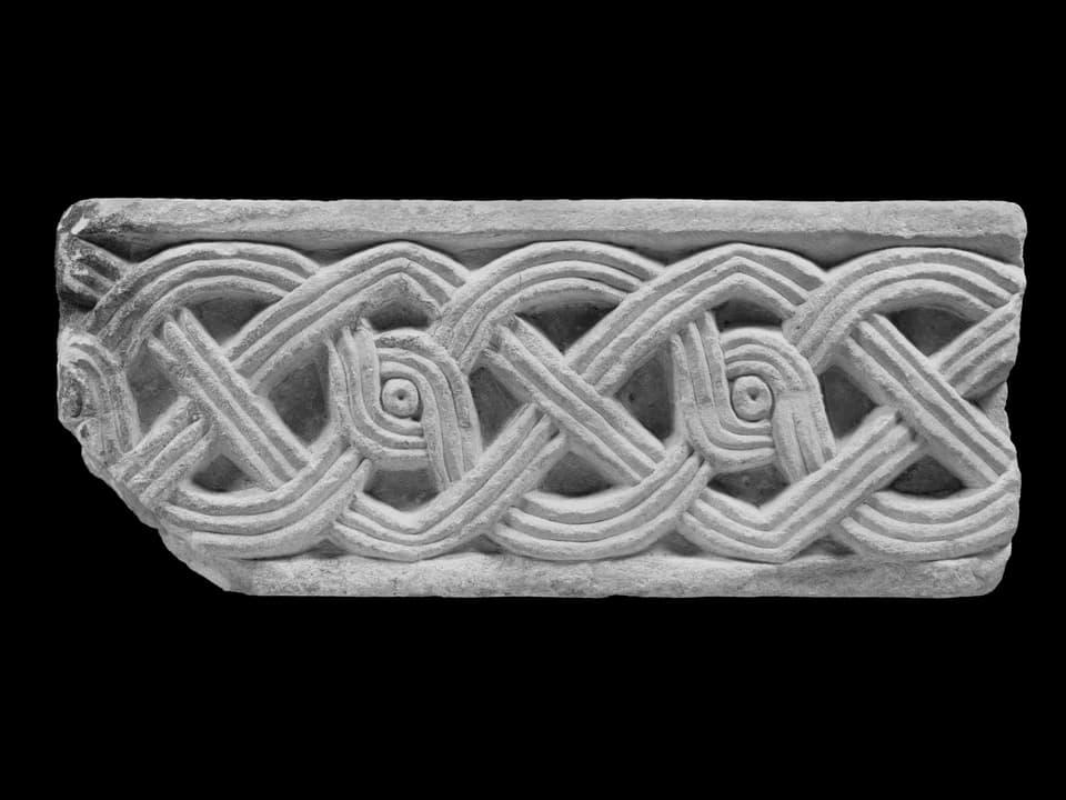 Fragment d'in bindel entretschà da la claustra da Müstair, marmel da Laas, enturn 775/790.