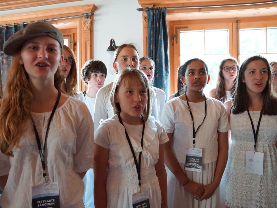 Mädchen in weissen Kleidern bei der Singprobe.