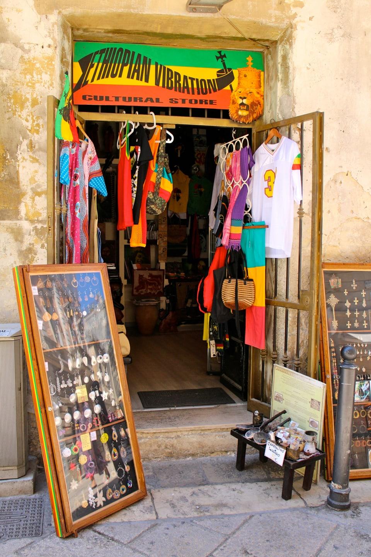 Mitten in der Altstadt von Lecce: Material für Reggae Fans.