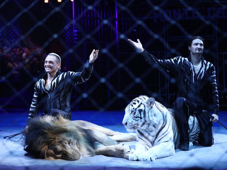 Die Brüder Zapashny mit einem weissen Tiger und einem Löwen.