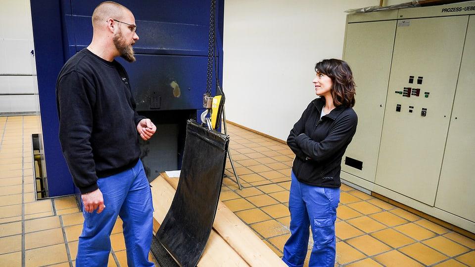 Mona Vetsch im Gespräch mit Mitarbeiter Sven Strüby im Krematorium