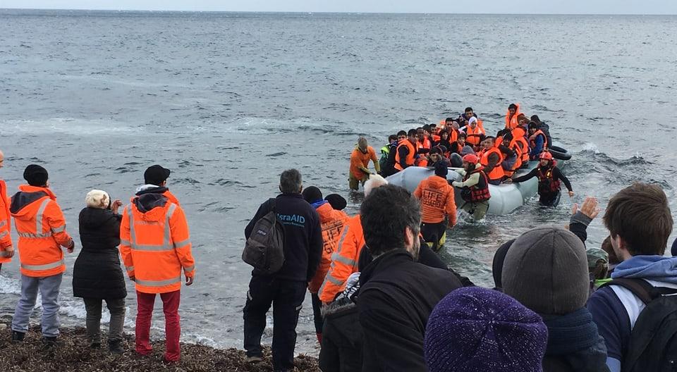 35 Flüchtlinge erreichen nach fünfstündiger Überfahrt die griechische Insel Lesbos.
