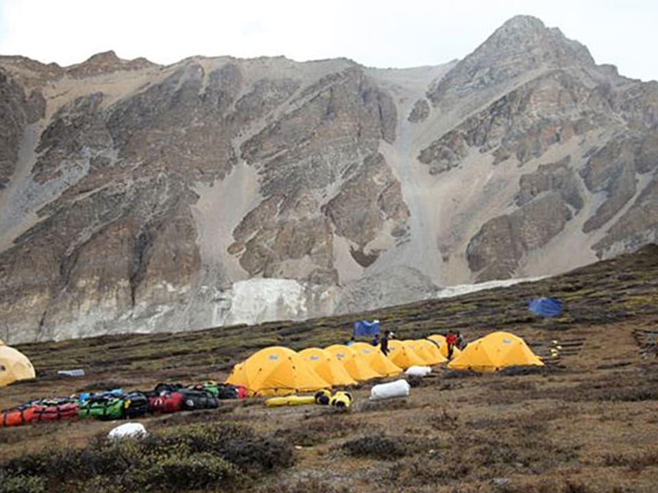 Gelbe Zelte beim Basislager eins auf 4800 Meter über Meer.
