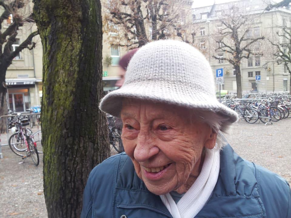 Dane trögt eubeb gestrickten Hut.