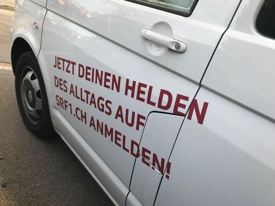 Aufschrift Auto: Jetzt Deine Helden des Alltags auf srf1.ch anmelden.
