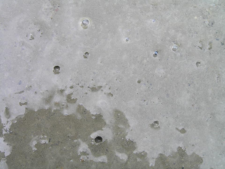 Festdrücken des Betons mit der Kelle.