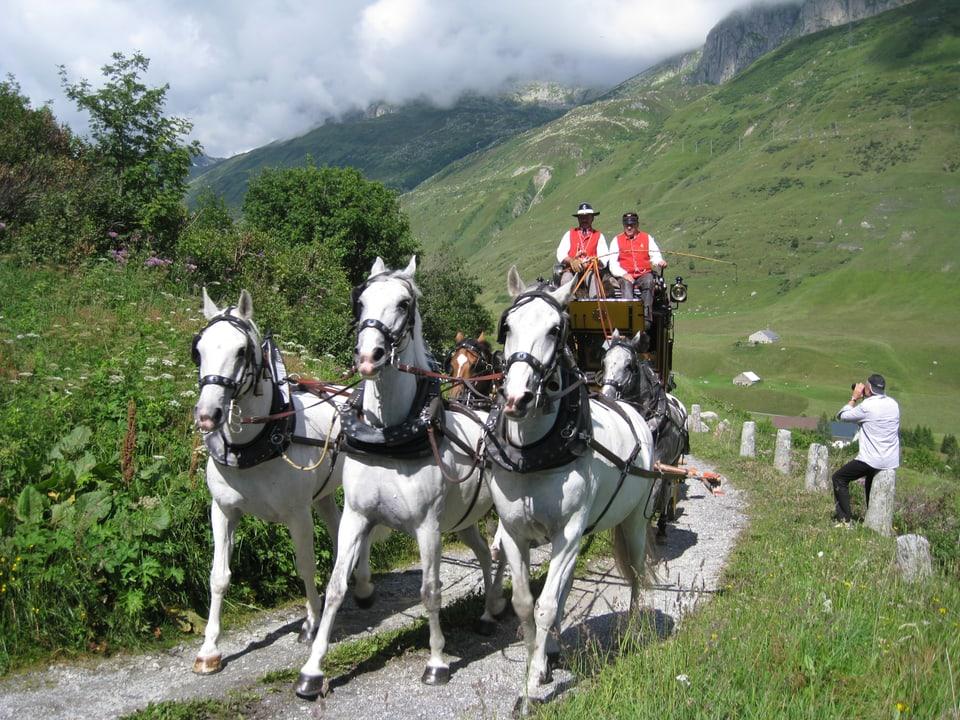Alte Postkutsche mit einem Dreier-Pferdegespann.