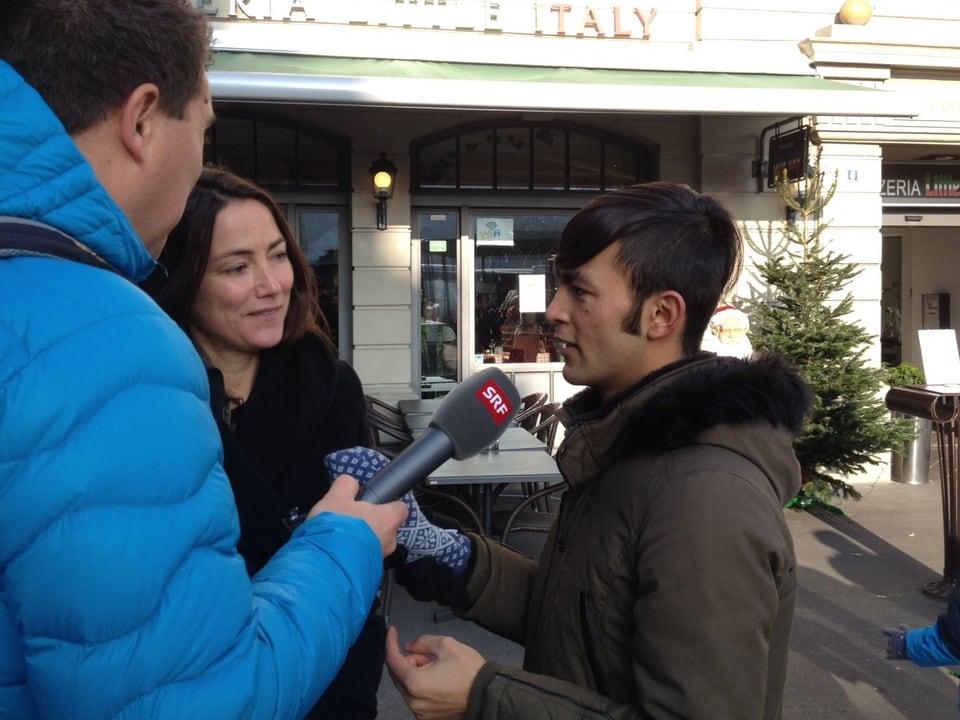 Jawad im Gespräch mit Helferin Sandra und SRF 3-Redaktor Alexander Blunschi.