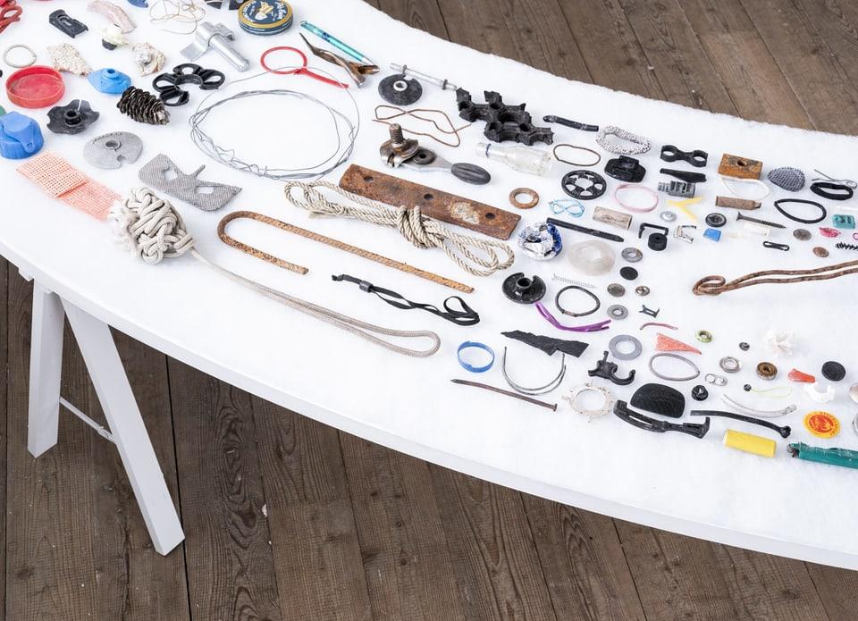 Ils objects che l'artista Ursula Stalder ha ramassà derivan dal Clean-Up Day da l'Arena Alva.