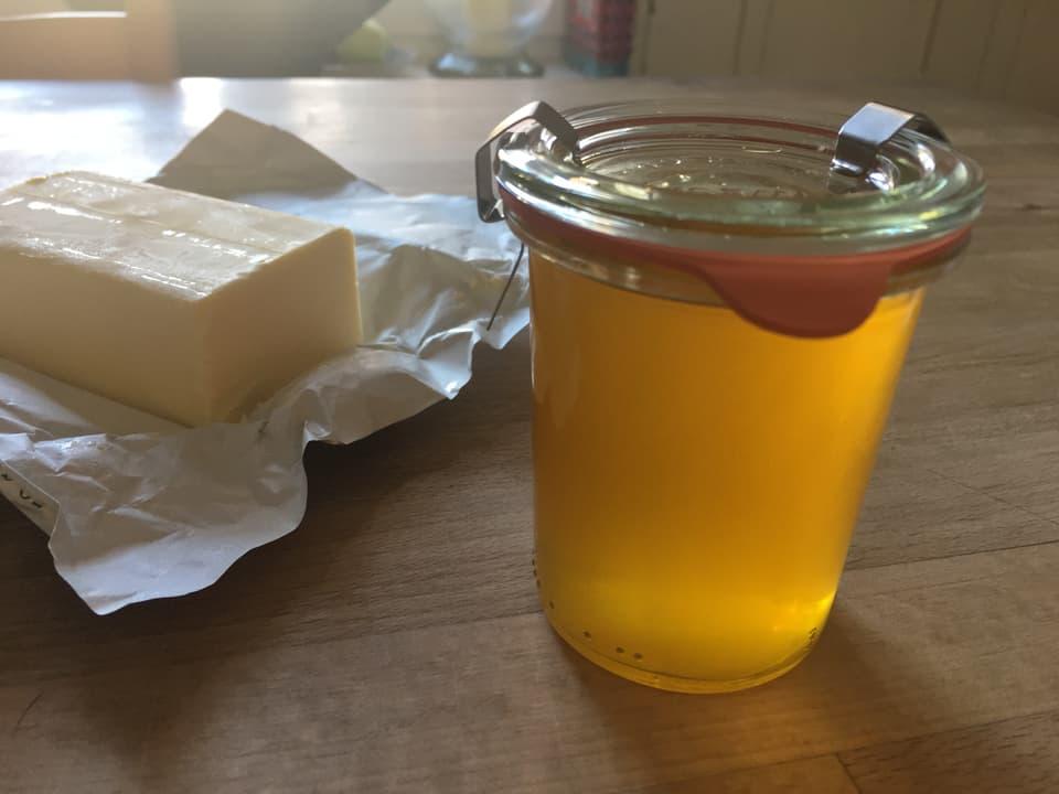Die Beurre Noisette in einem Glas, schön gelb schimmernd.