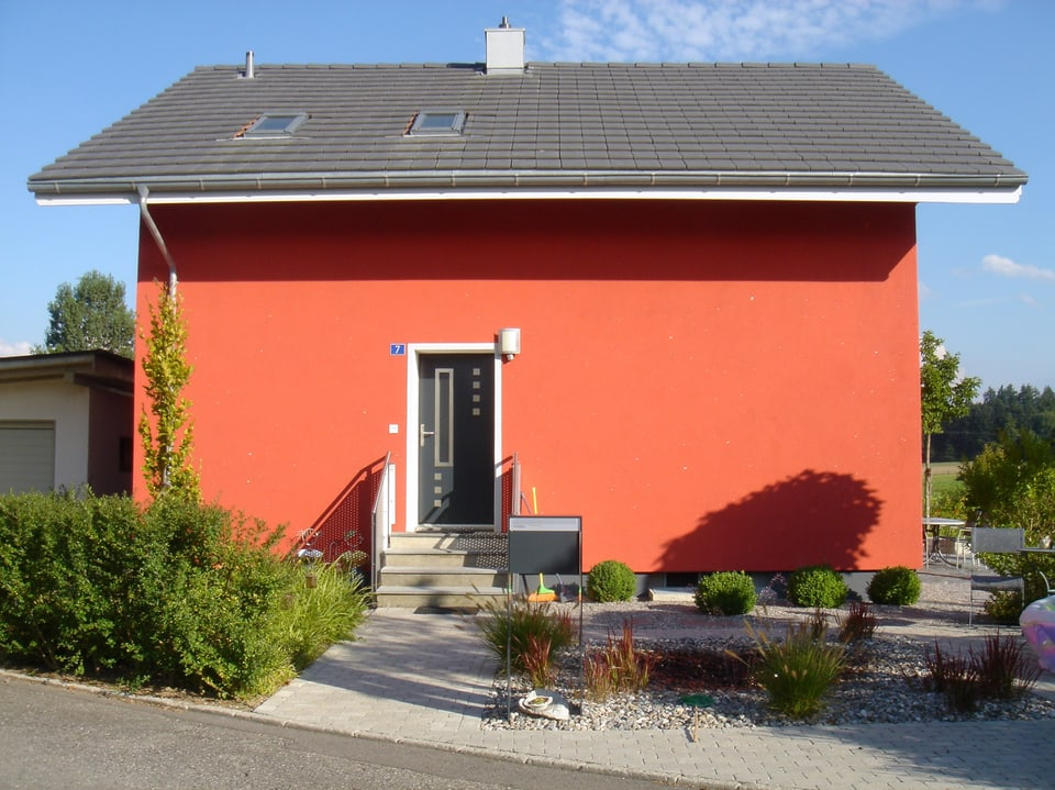 Rote Hausfassade.