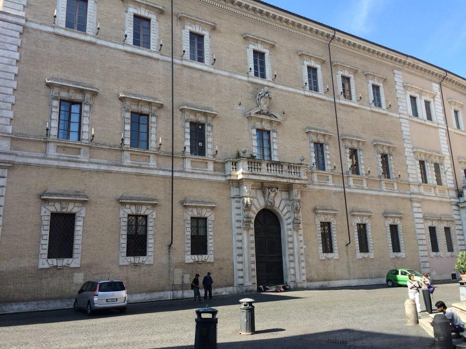 In dals palazis sin la piazza a Trastevere, qua sa chattan era blers biros dil Vatican