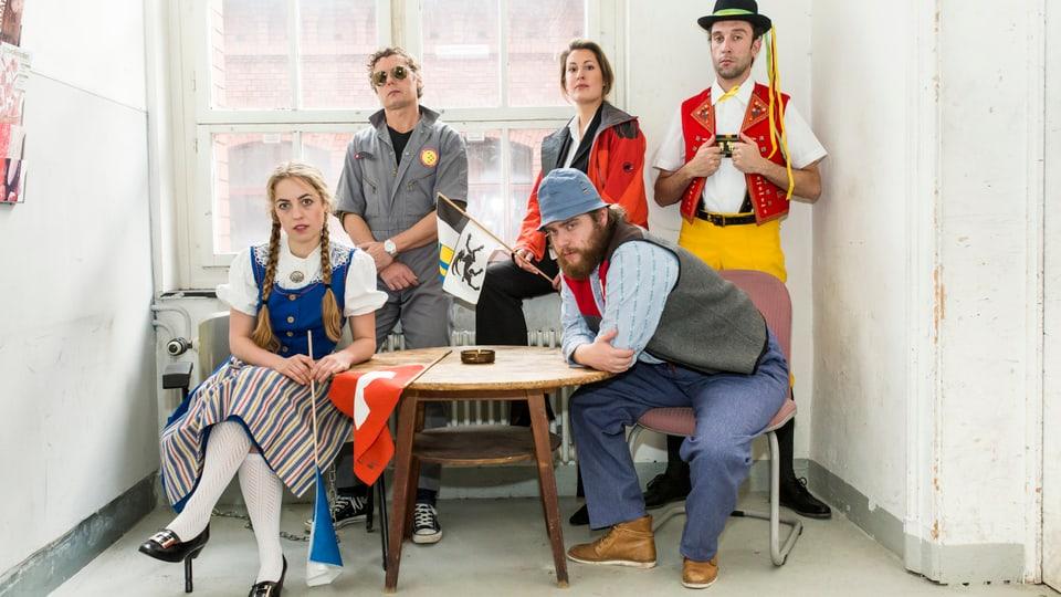 Ils acturs dal project da teater «Mamma Helvetia» en vistgadira cun il tema Svizra.