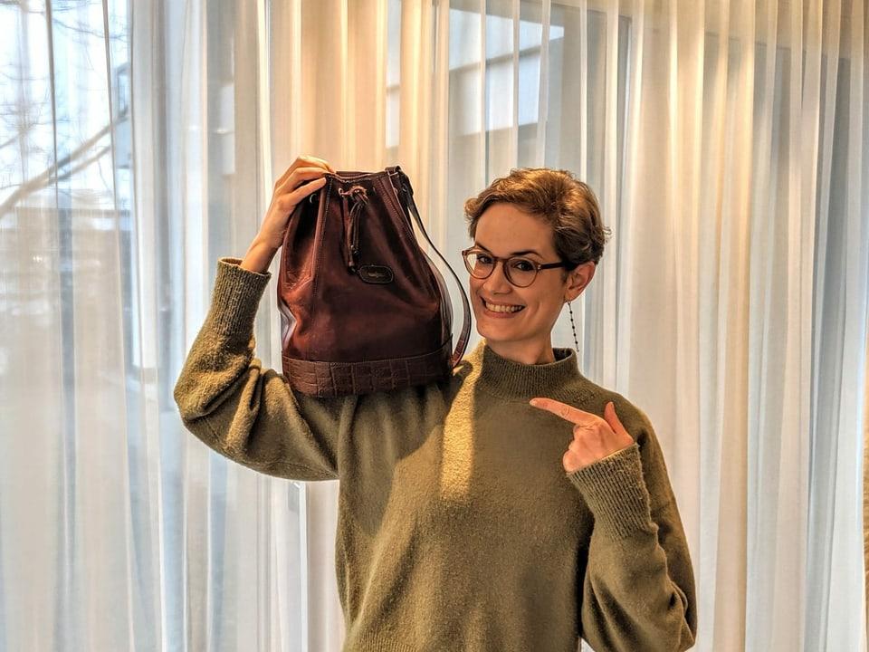 Michelle Kalt und eine rote Vintage-Tasche