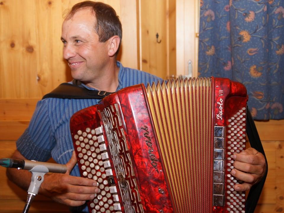 Ein Akkordeonist beim fröhlichen Spiel.