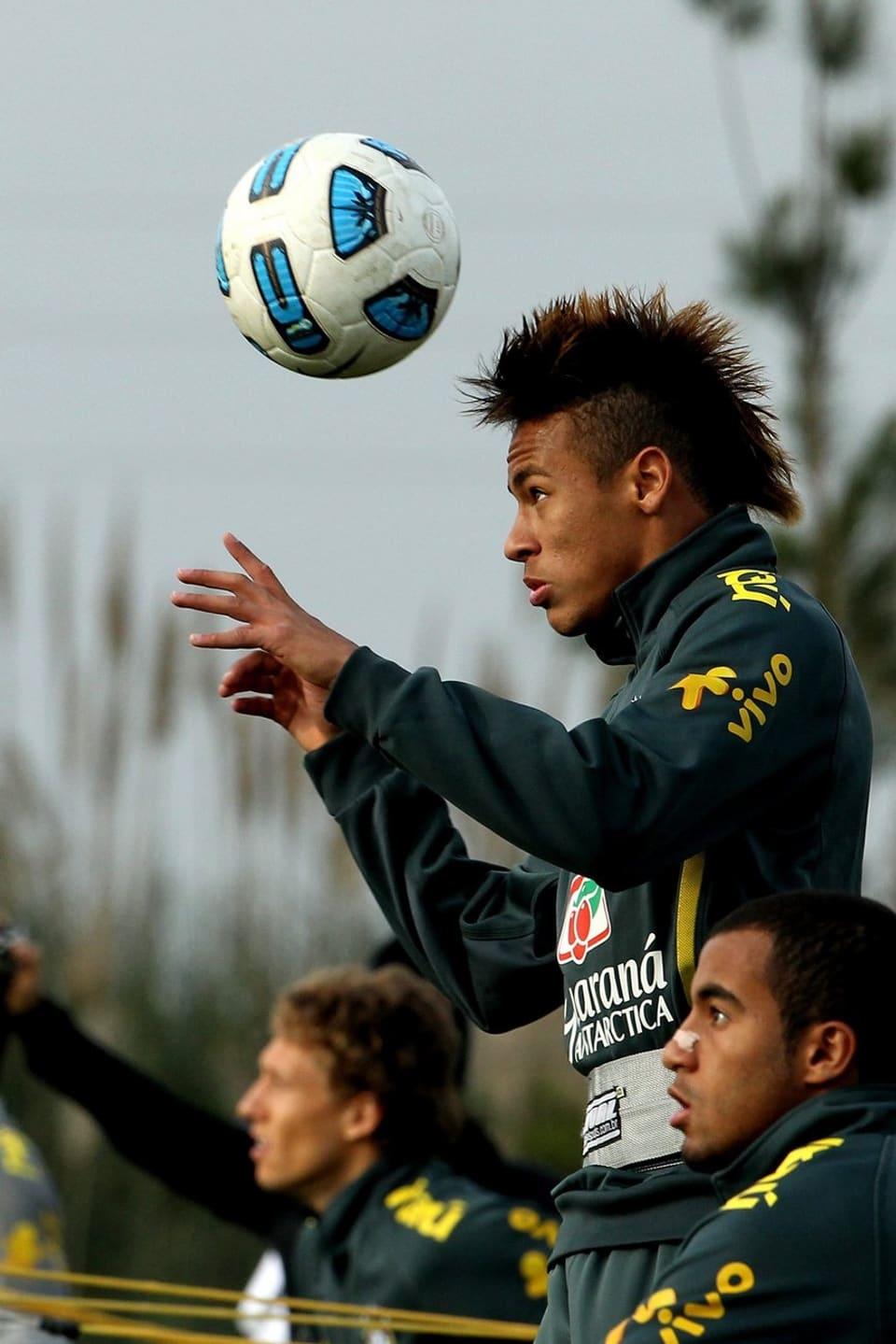 Neymar da Silva Santos Júnior beim Kopfball