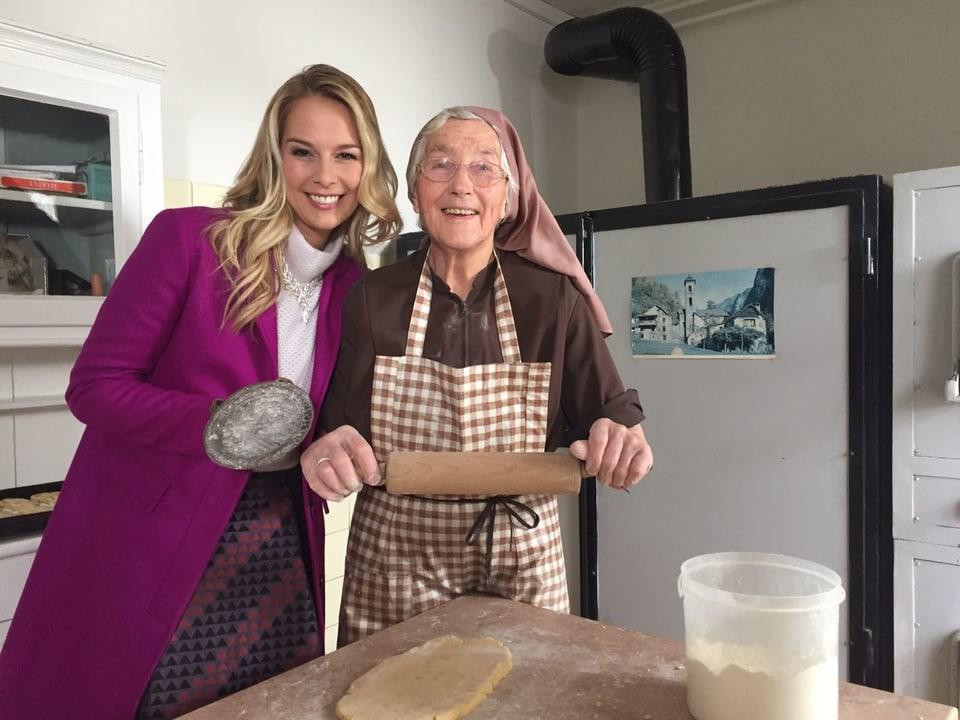 Linda und Schwester Martha in der Küche.