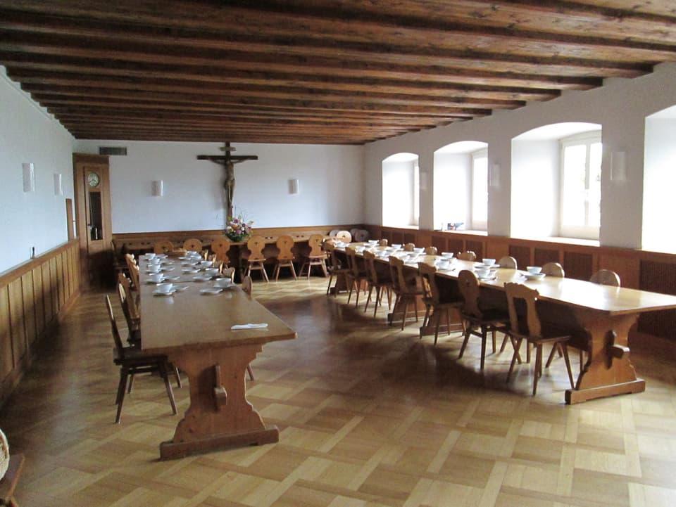 Speisesaal mit grossem Jesuskreuz.