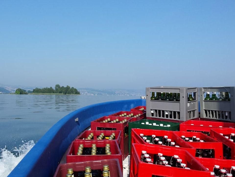 Blick auf den vorderen Teil von einem Boot, das mit Bierharassen gefüllt ist.