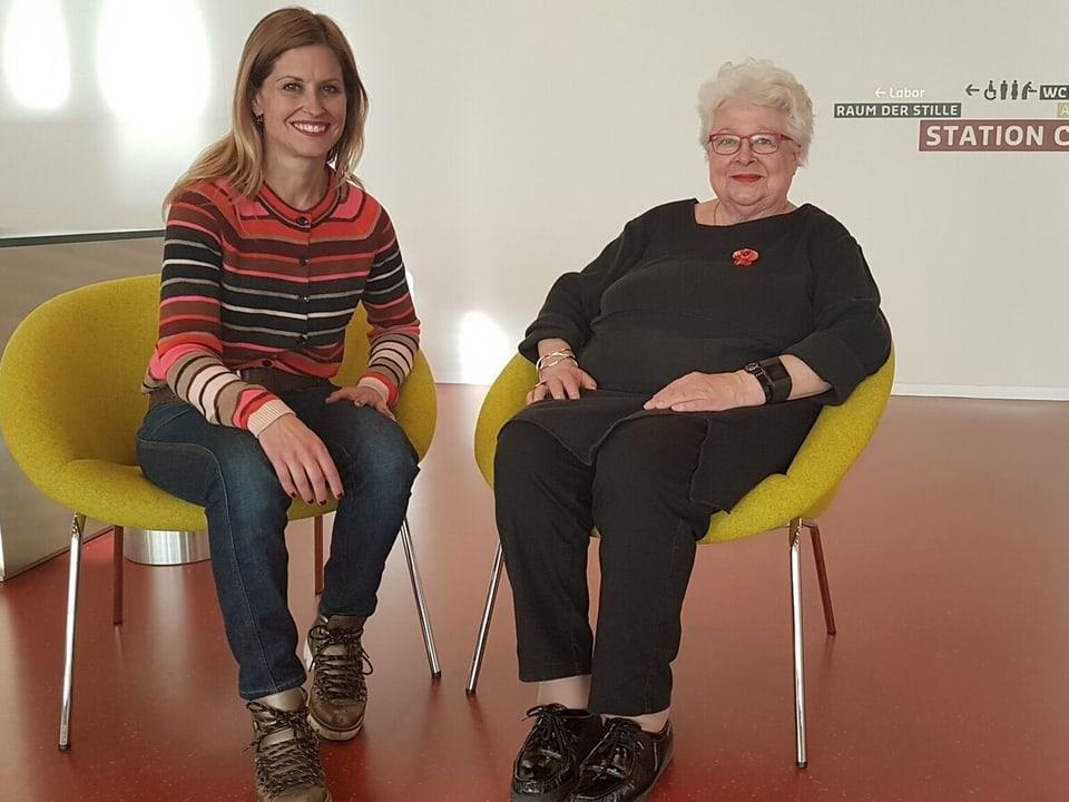 Sabine Dahinden posiert mit einer Freiwilligen.