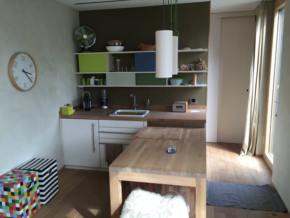 Blick vom Wohnzimmer in die Küche.