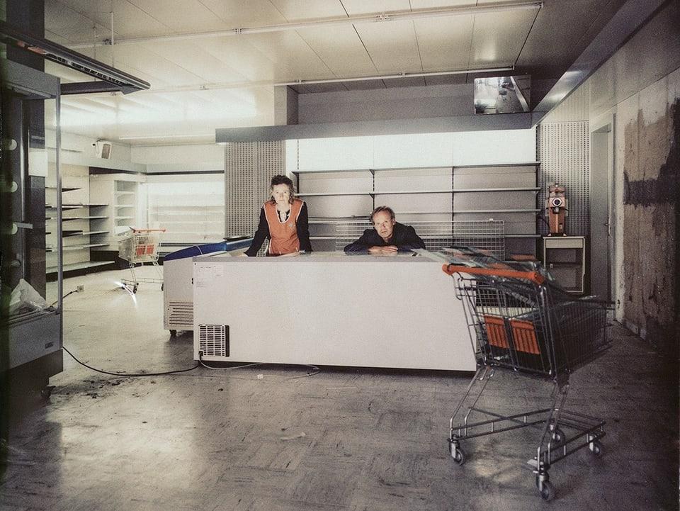 """Der Dorfladen"" – Marta (Barbara Schneider) e Balzer (Peter Jecklin) serran lur stizun e van a viver giu en la Bassa"