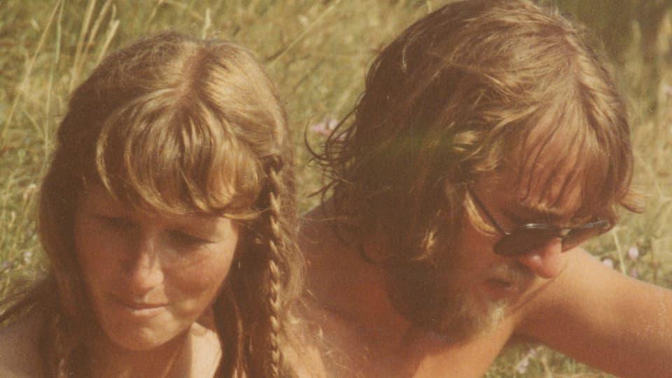 Monica und Erich sitzen im Gras, er damals noch mit Bart und sie mit einem Zöpfchen im Haar.