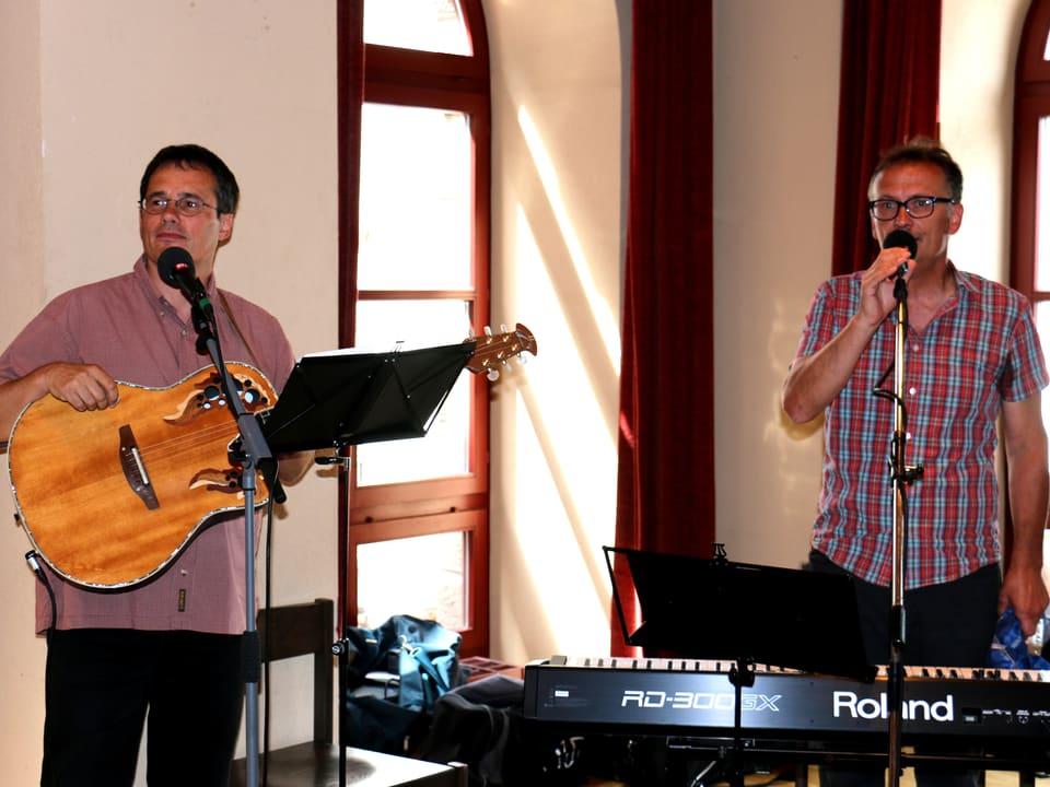 Das Duo mit Gitarre und Synthesizer.