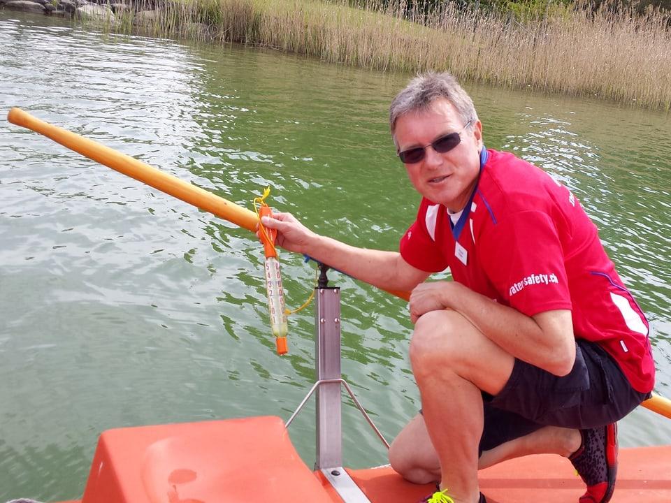 Roland Küpfer misst die Temperatur im See.