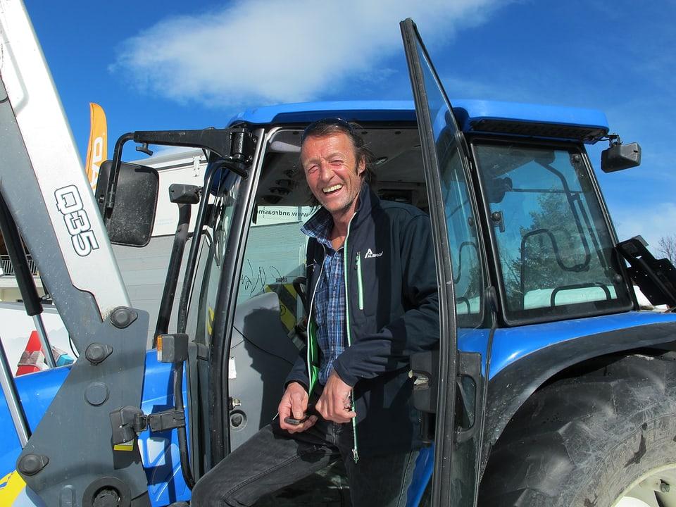 Jann Salzgeber und sein blauer Traktor.