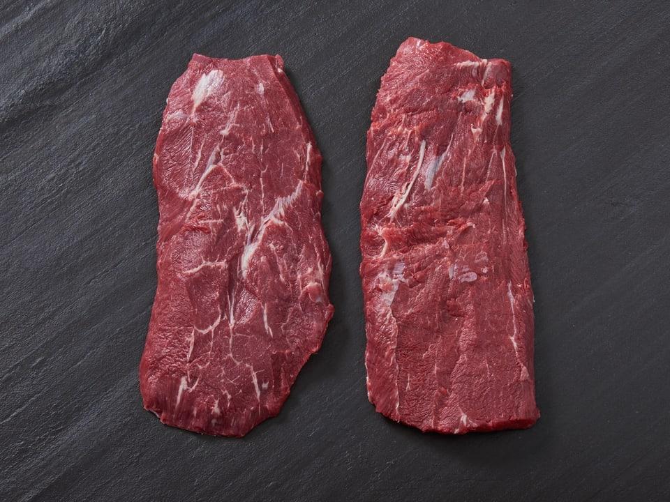 Ein Fleisch auf einer grauen Schiefertafel.