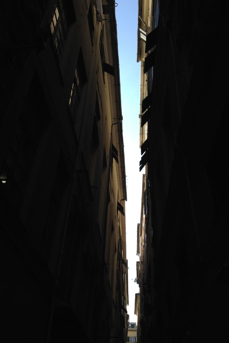 Ina giassa stretga a Genova.