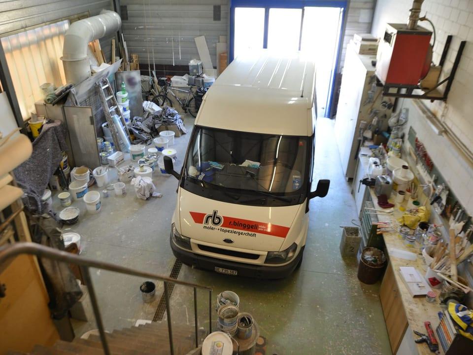 Auto in einer Werkstatt.